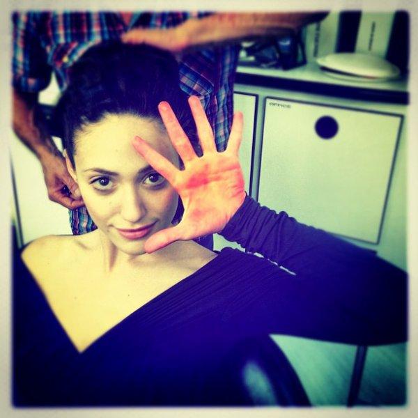 ■ [ Emmy Rossum ]  Dans la remorque à maquillage, sur le tournage