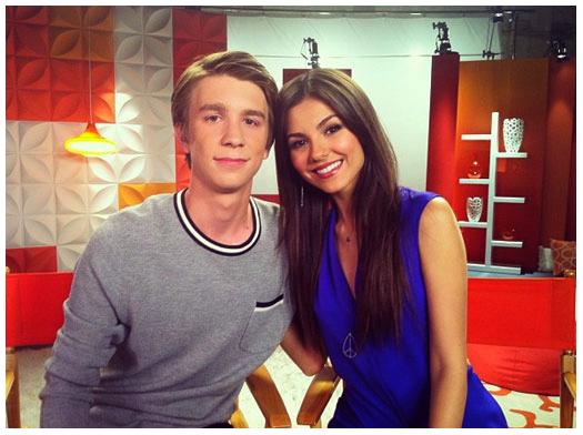 ■ [ Casting ]  Nouvelle photo de Thomas en compagnie de Victoria Justice