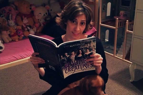 ■ [ Sublimes Créatures ]  Kami poste une photo d'elle lisant le Guide du Film !