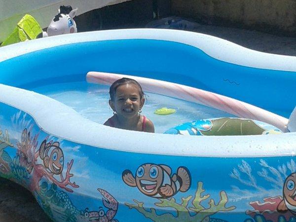 mes sanfant angelo klayvina dans leur piscine