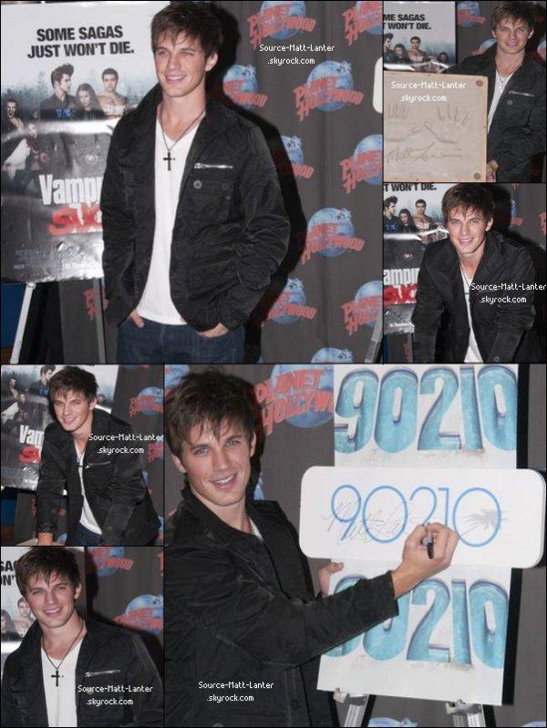 Matt a fait une petite pose sur le tournage de 90210 et en a profiter pour nous faire une petite empreinte de main.    Moi j'en connait pas mal qui vont se précipiter pour  poser leurs main sur l'empreinte du beau gosse.   Ton Avis ?