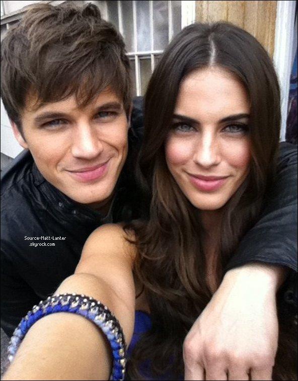 Le 20 octobre 2010   Matt sur le tournage de 90210.  Il s'est pris en photo avec sa co-star Jessica Lowndes. ( Ces deux la on l'air de très bien s'entendre. )  La photo ci-dessous (je l'a trouve magnifique). Plus bas, Matt et deux autre co-stars de la série.  Ton Avis ?