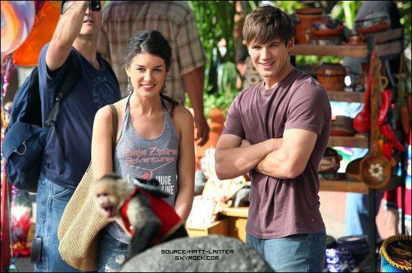 Le 24 Janvier 2011. Matt , Shenae et un singe sur le tournage de 90210. Mon dieux comme ces photos sont magnifique, et drôle aussi. Tu aimes ?