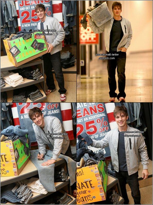"""Le 3 Fevrier 2O11. Matt était dans un centre commercial pour """"Teens for Jeans"""". Souviens-toi. J'ai une question ; que ferais tu avec un Jean signé par Matt ?  Ton Avis ?"""