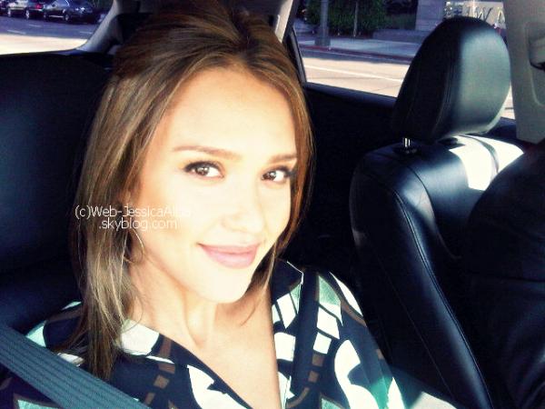 """Le 31 Juillet 2011   Jessica a posté deux photos sur twitter . La première où elle dit :"""" Un de mes interviewer Damien de Scholastic """" et une seconde dans sa voiture où elle dit en gros au revoir aux interviewers ! La trouvez-vous belle ? J'adore la seconde photo elle est très souriante .  Article rédigé par Sandra."""