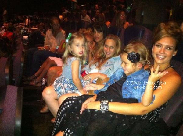 Le 31 Juillet 2011   Jessica a assité à l'avant première de Spy Kids 4 à Los Angeles hier soir ! Elle était vêtue d'une longue robe et d'une très jolie coiffure . + Une photo posté par Cash où il dit que c'est la première fois qu'Honor voit sa maman dans un film .Qu'en pensez-vous ?   Article rédigé par Sandra.