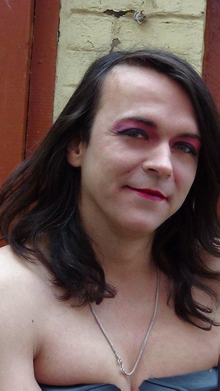 Pour le maquillage , les habits , et tout et tout , c est sur facebook ! :)