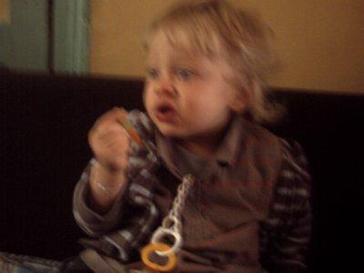 lukas qui mange un bonbon hoummmm