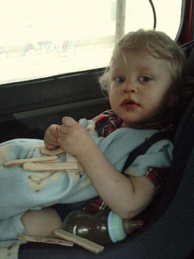 lukas dans la voiture de mami jf dans son chaise auto