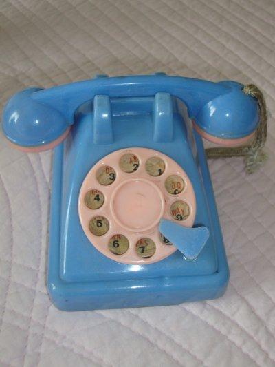 un petit téléphone en cellulo des années 50.je lui trouve beaucoup de charme .