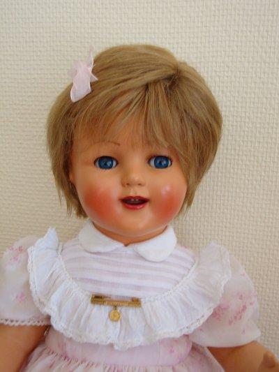 jolie raynal dans sa robe d'origine de 48 cm.