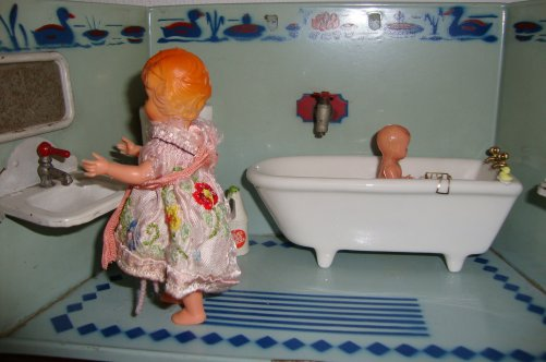 l'heure du bain de bébé .