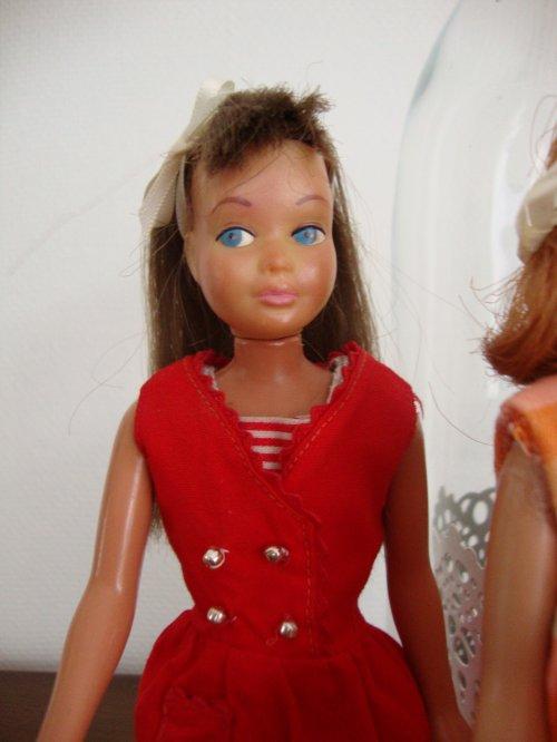 nous sommes en 1963........enfant quand nous partions en vacances,j'avais le droit d'emmener une valisette et une poupée skipper qui était brune aux longs cheveux .merci à jeanmi qui m'a aidé à retrouvé une partie de ma collection .