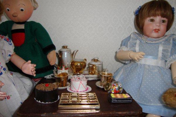 bécassine a préparé un goûter gourmand pour mademoiselle rose et pour mademoiselle bleuette .