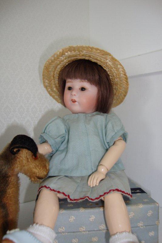 petite loulotte a profité de ce soleil pour mettre son chapeau de paille remisé trop longtemps ces derniers temps ....