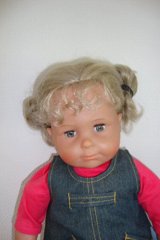 ces poupées corolle sont celles de ma fille,le bébé date de 1983,elle l'a reçu à la naissance de mon fils pour que nous puissions pouponner ensemble et  la plus grande date 1986,ces bébés ont subi un petit relooking mérité après avoir été tant aimés ...