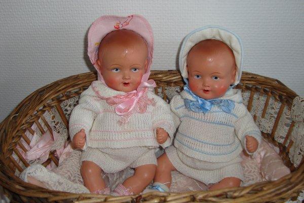 deux petits bébés allemands de 25 cm avec leurs  vêtements d'origine .