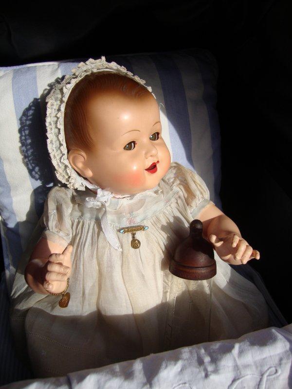 """je vous présente elisabeth adorable bébé de 50 cm.un petit nez mutin,des yeux malicieux,un sourire angélique laissant apparaître deux petites croquettes.  je suis sous le charme ,il est vrai que je résiste très peu à la beauté intemporelle des bébés """"raynal""""."""