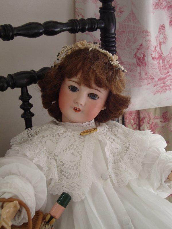 """""""jeanne""""  cette jolie poupée sfbj m'a été offerte il y a de nombreuses années par ma marraine qui a l'âge de 94 ans vient de partir .elle l'avait reçu pour ses 4 ans et n'avait le droit que de la regarder ce qui explique qu'elle soit encore belle aujourd'hui ."""