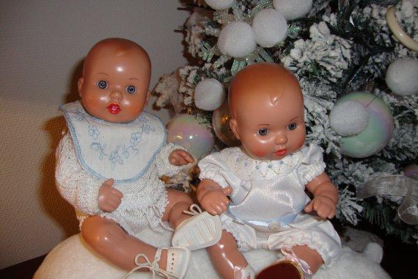 deux joyeux bébés intrépides .
