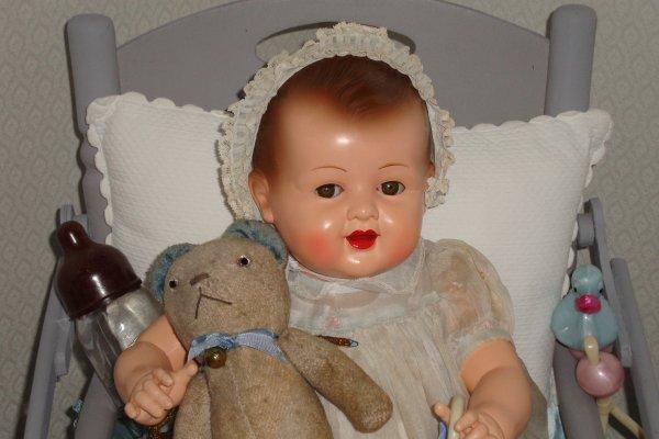 """la petite Elisabeth un peu jalouse du succés des bébés rivalise de sourires et de """"areu"""" confortablement installée dans sa chaise de bébé ."""