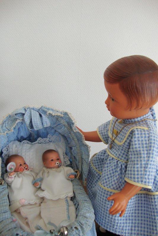 Françoise et Madeleine sont en admiration devant ces tous petits bébés armand marseille qui ne mesurent pas plus de 12 cm.
