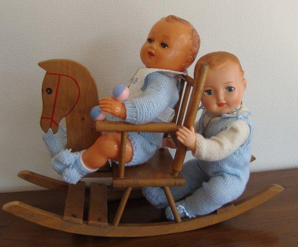 Michel ne semble pas décidé à prêter son cheval  à bascule à petit Pierre........ cela ne l'empêche pas de garder le sourire !