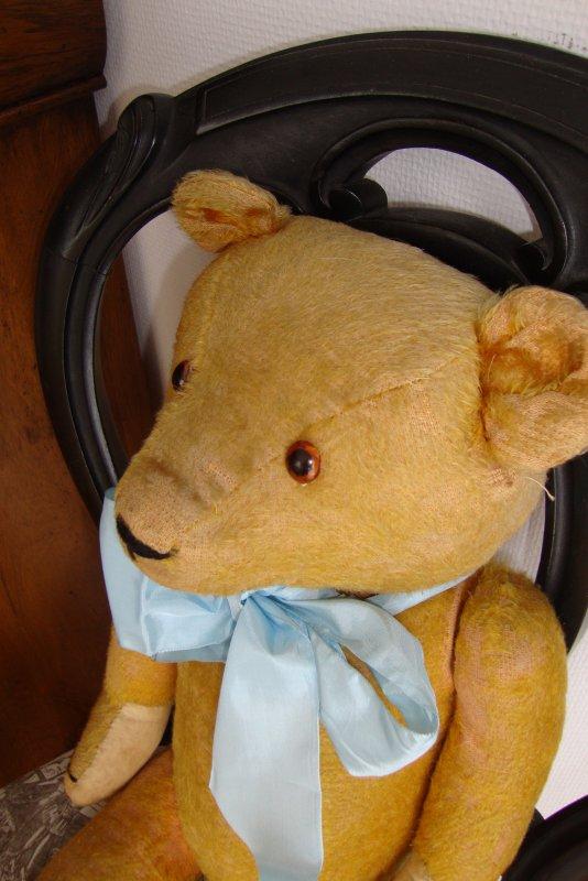 qui peut m'en dire un peu plus sur cet ours ,il mesure 60 cm ....le mystère s'éclaircit,c'est un ours circa des années 30.merci à Teddybearsday pour le renseignement .