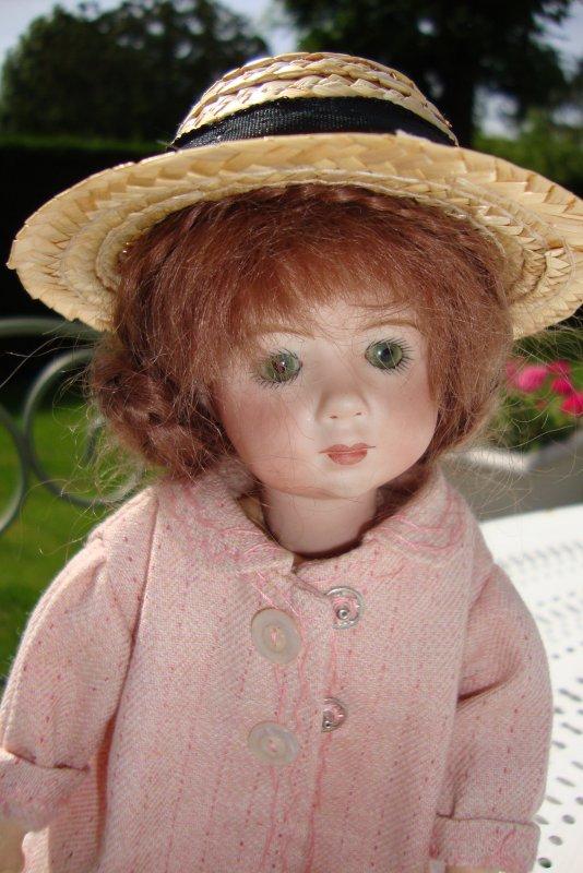 La belle inconnue du parc......Désormais elle ne l'est plus,grâce à vous je sais que c'est une repro A.Marque.