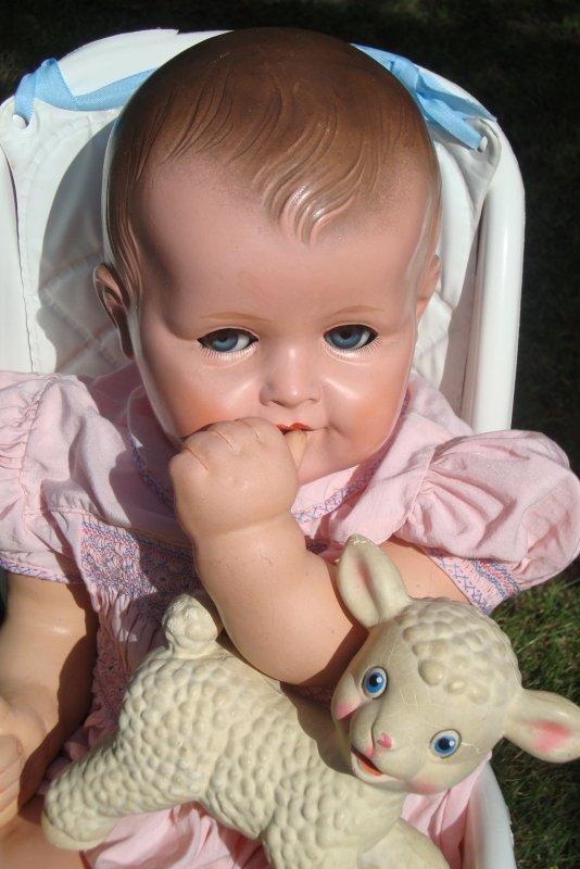 un bon gros bébé de 65 cm au visage poupon et charmeur.