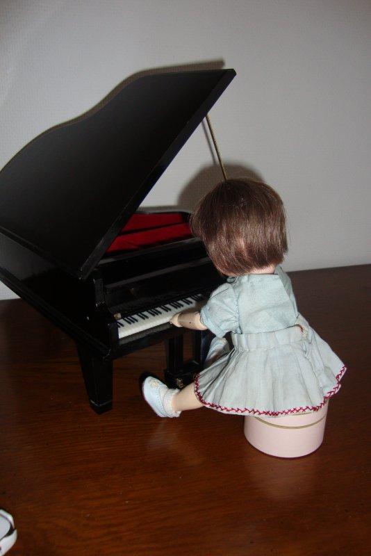 LOULOTTE, IL EST TEMPS DE TE METTRE AU PIANO,N'OUBLIE PAS QUE TU AS LE CONSERVATOIRE DEMAIN .....TU RETOURNERAS  JOUER AVEC BLANCHE  PLUS TARD.
