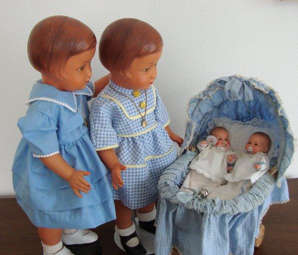 les bébés ne veulent pas dormir......Françoise et Madeleine veillent sur ces délicieux nourrissons .
