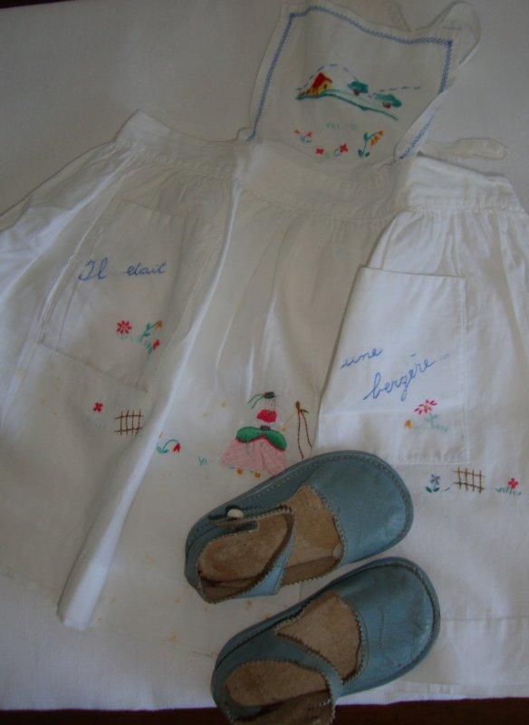 COMME UN GOUT DE NOSTALGIE.....j'ai porté ce tablier fait par Maman, et cette petite robe de la marque carabi ,j'en garde un souvenir précis tant j'aimais la jolie bergère rapportée sur le tissu,le bavoir était parait il pour les grandes occasions.ce sont de petits souvenirs que j'affectionne.