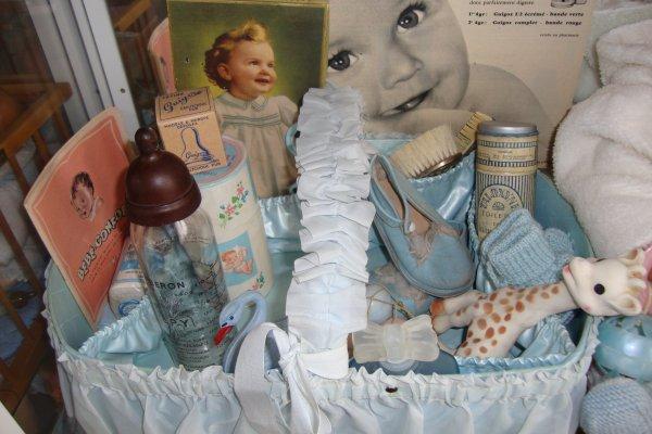 En voyant le joli panier de toilette d'Effiona,j'ai eu envie de mettre le mien à l'honneur avec  son petit nécessaire des années 50.