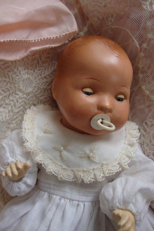 ce bambino est un des derniers,il est en rhodoïd,marqué jumeau ,celui qui se trouve dans l'article d'hier a une tête de porcelaine. ils sont à la fois semblables et différents ....chacun possède un charme qui lui est propre !