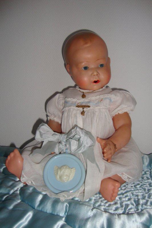 Un petit sourire de Gaspard pour Rose , Octave et Constantin......Belle année les bébés .........       ne joue pas avec les épingles à nourrice petit homme ,tu vas te piquer!     ne t'inquiète pas Virginie je veille........