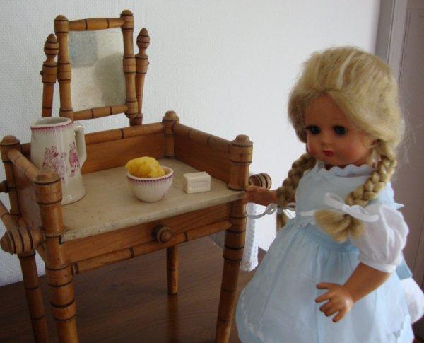 Un autre modèle de petite table de toilette ....les filles sont coquettes à la maison ...