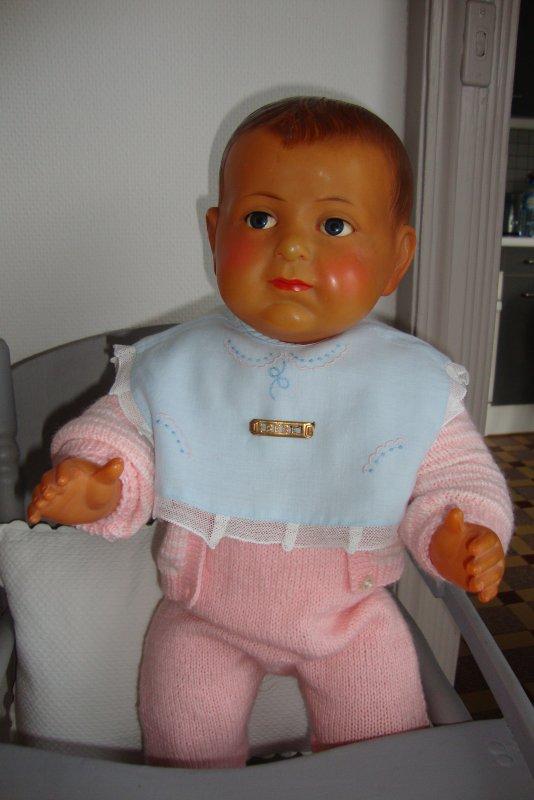 aujourd'hui c'est Jacky Louis de 55 cm que je vous présente et vous remarquerez que je l'ai habillé en petit chamallow rose,ce qui n'est pas coutumié chez mes bébés.