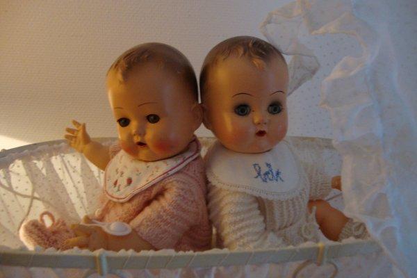 """Deux bébés semblables et pourtant différents....le bébé de gauche est un raynal appelé """"bebe idéal ,celui de droite est le bébé initial .  c'est """" la sociétéI déal Novelty and toy corporation """"aux Etats Unis qui a vendu ce modèle à la société Raynal . Ils mesurent 33 cm."""