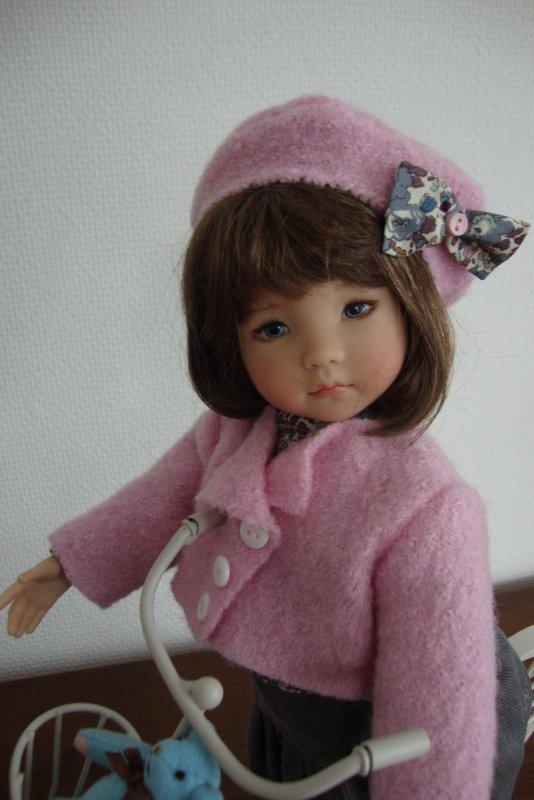 """Je vous présente ma  petite brunette """" Lili""""  , toute heureuse de vous montrer sa jolie tenue commandée auprès de  Céline qui excelle dans la """"haute couture"""" pour petites personnes."""
