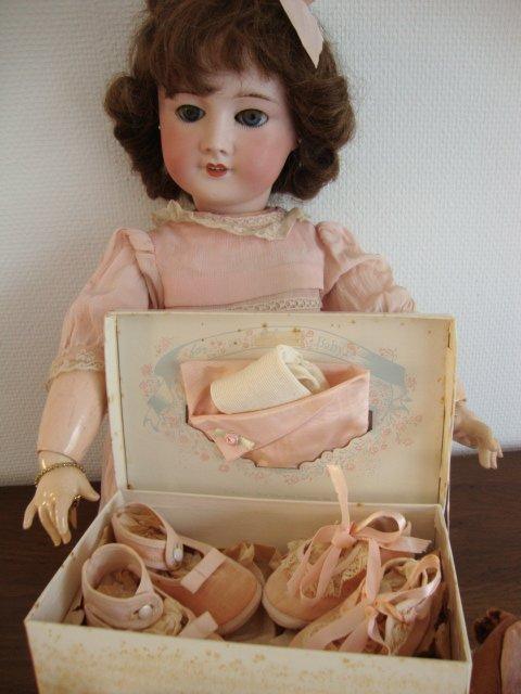 Vite, vite Jane ,ouvre cette jolie boite,     je veux voir ce qu'il y a dedans ..........