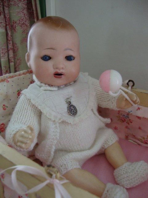 Heureuse de vous retrouver après ce bel intermède ......Bambino vous présente sa jolie layette cadeau surprise de  Dalila (roseoubleu) qui habille si joliment nos poupons .