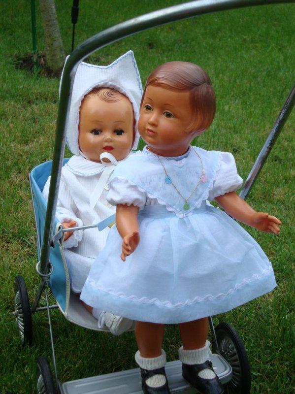 Promenade ensoleillée pour Françoise et son petit frère .....