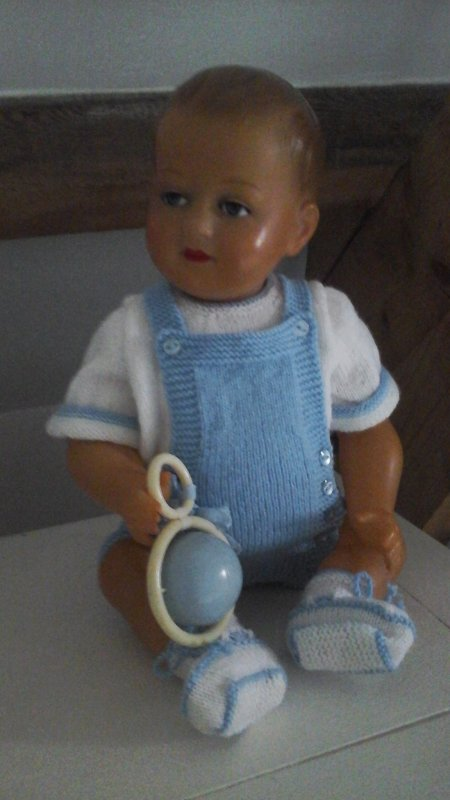 Dimanche  à Bruges, Dalila du blog 'rose ou bleu' exposait sa magnifique  layette......François est ravi de servir de petit mannequin.........Dalila tricote a la demande tout ce que l'on désire .....