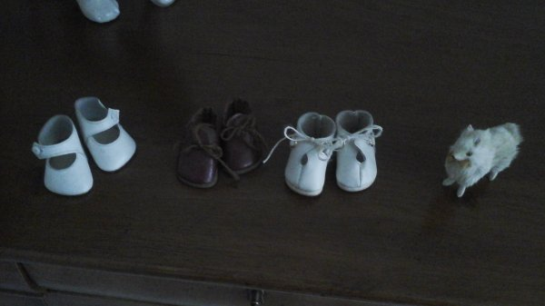 """petite chine sympathique à la   braderie de Lille.   des petites chaussures modes et travaux ,un loulou  pour loulotte, et ce petit fauteuil pour ma """"vraie poupée """" ."""