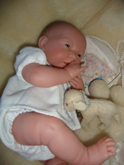 """Bébé sur sa """"fausse"""" peau de mouton ,comme on faisait il y a bien longtemps."""