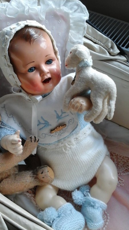"""Je pense que ce bébé est le nouveau né de raynal prénommé """"marie christine""""  ? ses lèvres sont d un rouge un peu foncé, savez vous ce que je pourrais faire pour les éclaircir  ?"""