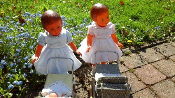 """dépêche  toi Françoise dit """"Francoise""""  😊....nous allons préparer les bébés pour une promenade. Les petits tabliers sont le joli travail de Chris 92....plaisir des yeux."""