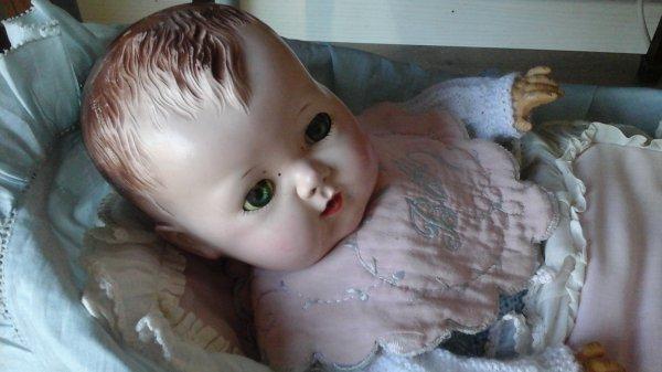 ADORABLE BABY AMÉRICAIN DE LA MARQUE CHARACTER. ...              IL SE NOMME TINY TEARS  .      il date des années 50, pleure de vraies larmes et fait pipi   quand on lui donne son biberon.