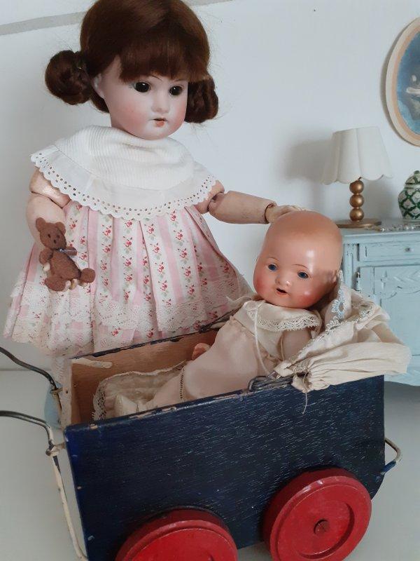 Bébé Jules est heureux ,c est l heure de la promenade ,Augustine le prépare et Tobby le chien ne tient plus en place .